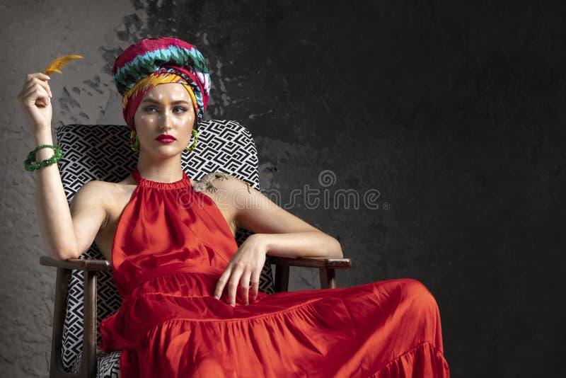 在红色礼服和东方样式的模型 库存照片