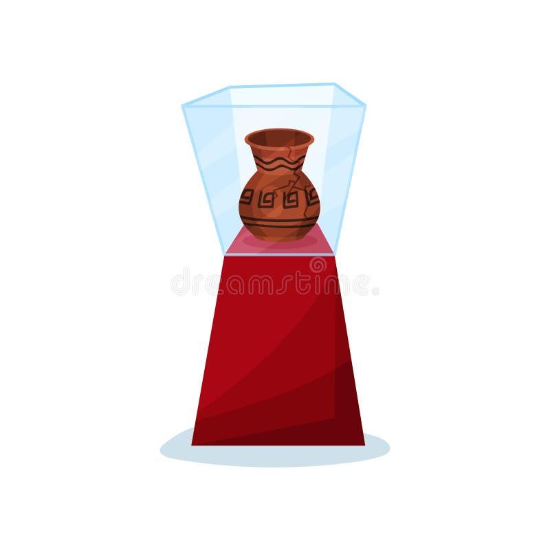 在红色立场的古老花瓶在玻璃箱子下 有装饰品和裂缝的老陶瓷油罐 历史博物馆展览  皇族释放例证