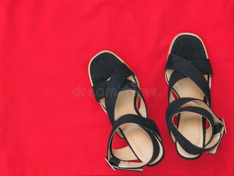 在红色织品的现代时兴的夏天妇女的鞋子 r 免版税库存照片