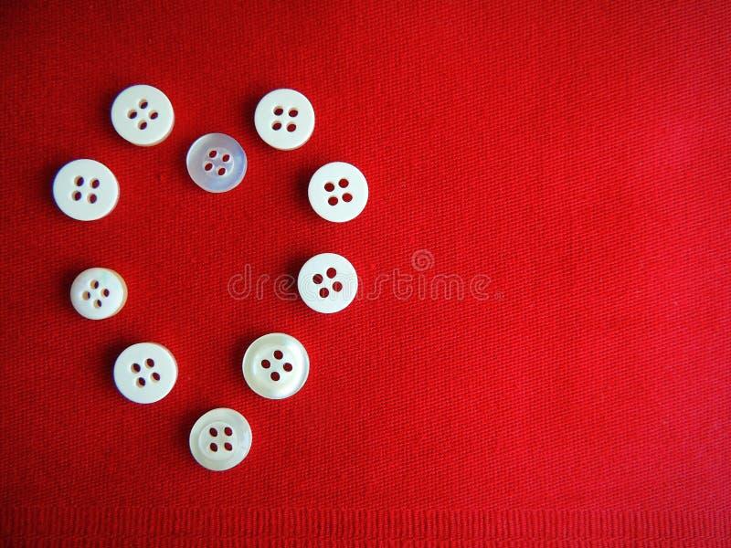 在红色织品背景的按钮 心脏 库存照片