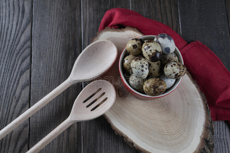 在红色罐和厨房工具的鹌鹑蛋 健康概念的食物 库存照片