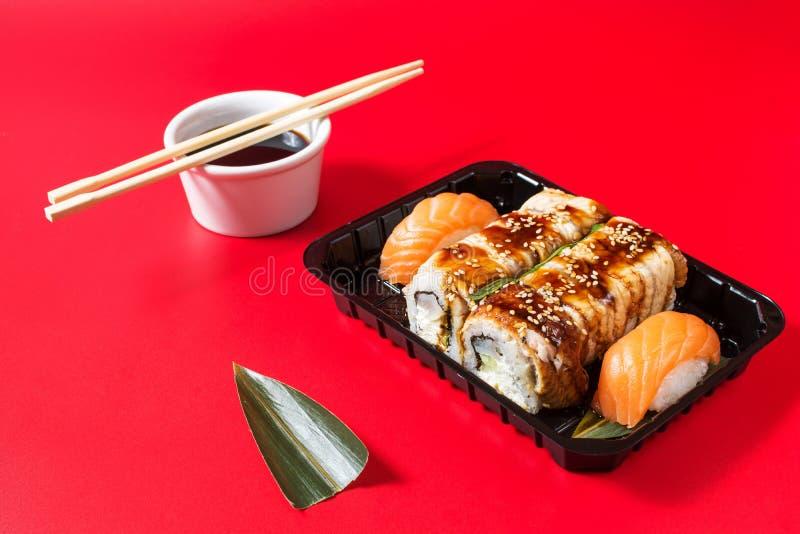 在红色背景服务的寿司卷集合 库存照片