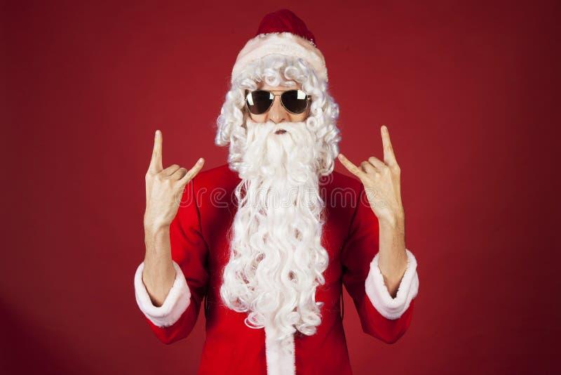 在红色背景的凉快的圣诞老人摇摆物 免版税库存图片