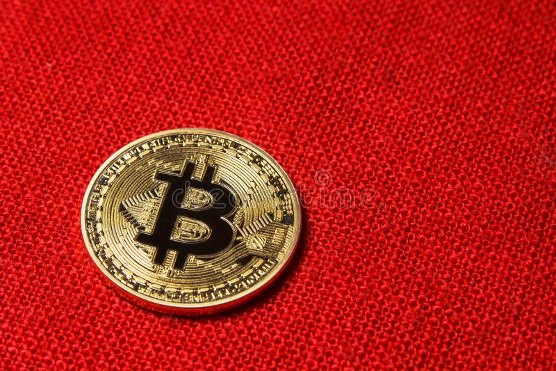 在红色背景的唯一金黄Bitcoin硬币 Bitcoin cryptocurrency 到达天空的企业概念金黄回归键所有权 免版税库存图片