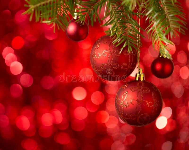 在红色背景的圣诞节中看不中用的物品与闪闪发光 库存图片