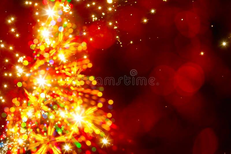 在红色背景的抽象金黄轻的圣诞树 库存照片
