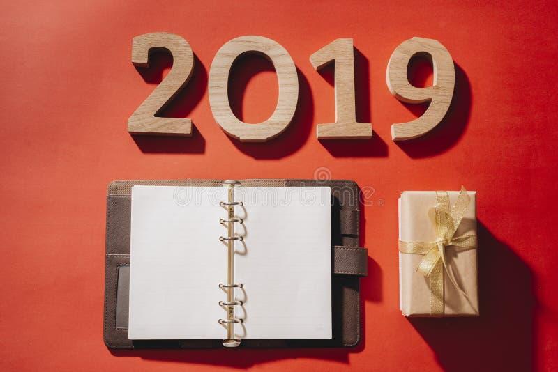 在红色背景的新年2019年与礼物盒和圣诞装饰 免版税库存照片
