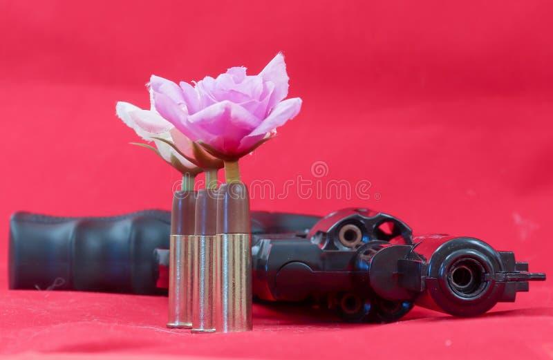 在红色背景的枪 2月23日 祖国防御者天 免版税库存照片