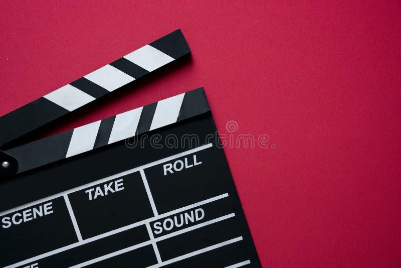 在红色背景的电影拍板 免版税库存照片