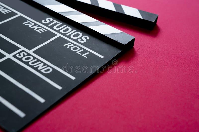 在红色背景的电影拍板 库存图片