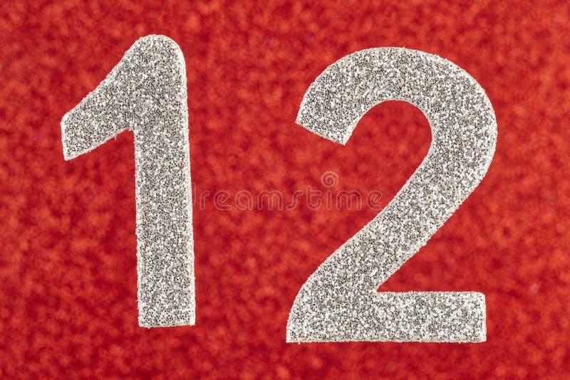 在红色背景的第十二银色颜色 附注 H 免版税库存图片