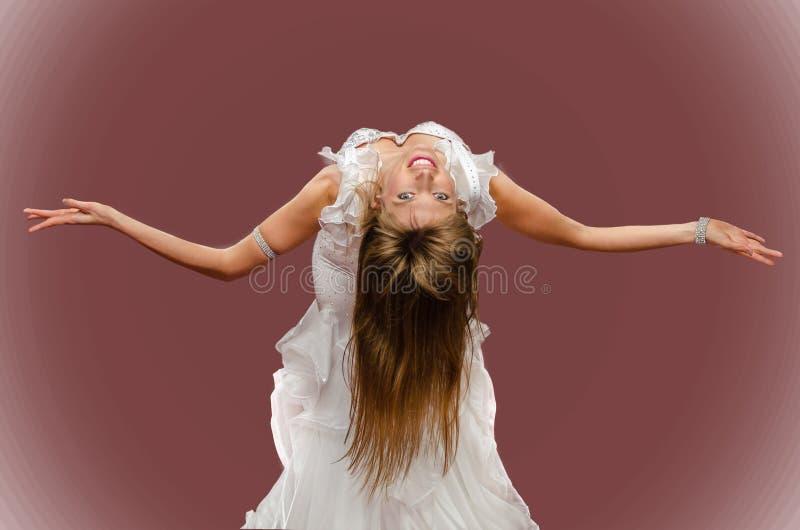 在红色背景的美好的女孩跳舞肚皮舞 库存照片