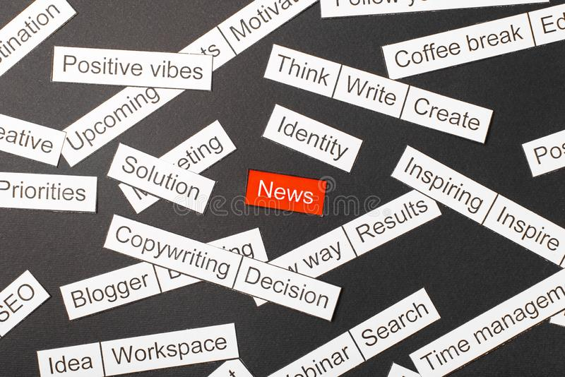 在红色背景的被削减的纸题字新闻,围拢由在黑暗的背景的其他题字 词云彩概念 图库摄影