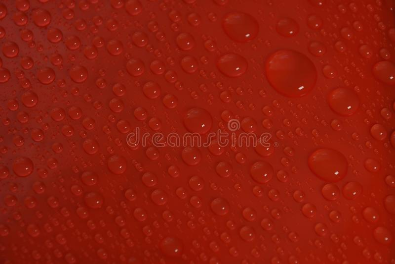 在红色背景纹理的水下落 免版税库存照片