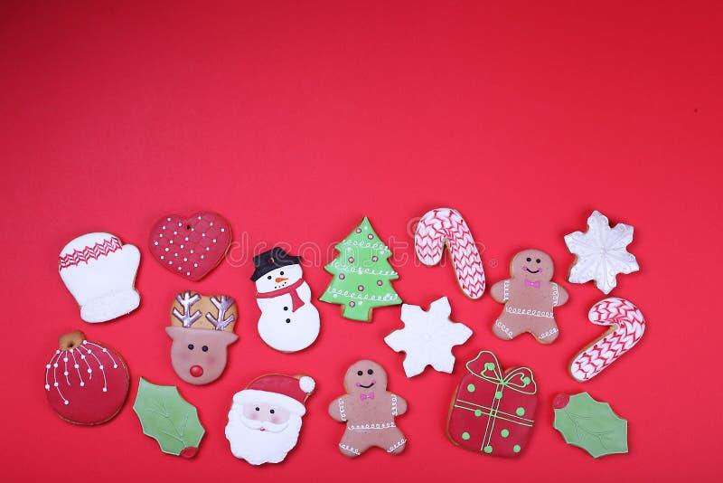 在红色背景顶视图的圣诞节曲奇饼 各种各样的类型圣诞节姜饼曲奇饼舱内甲板位置 圣诞节字符曲奇饼 库存图片
