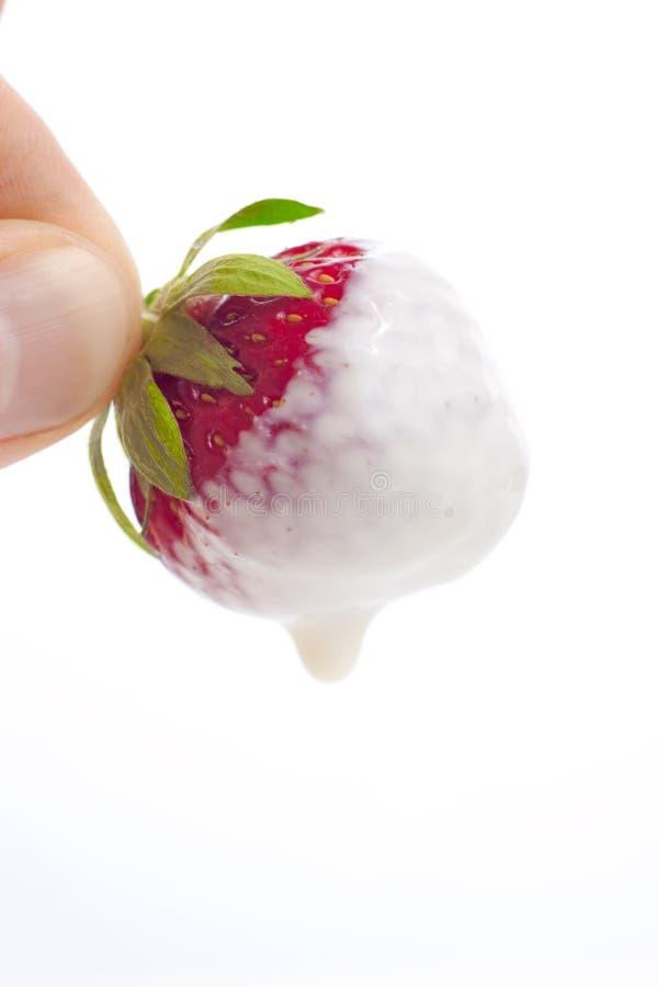 在红色草莓yougurt的奶油色点心 库存照片