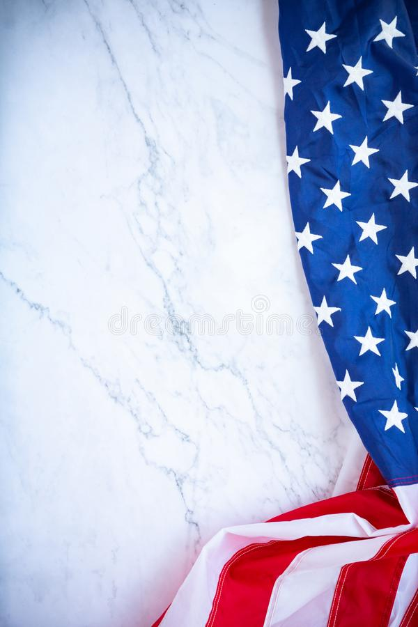 在红色蓝色概念的古色古香的美国沙文主义情绪的样式背景为美国7月4日独立日,爱国者的标志 库存图片