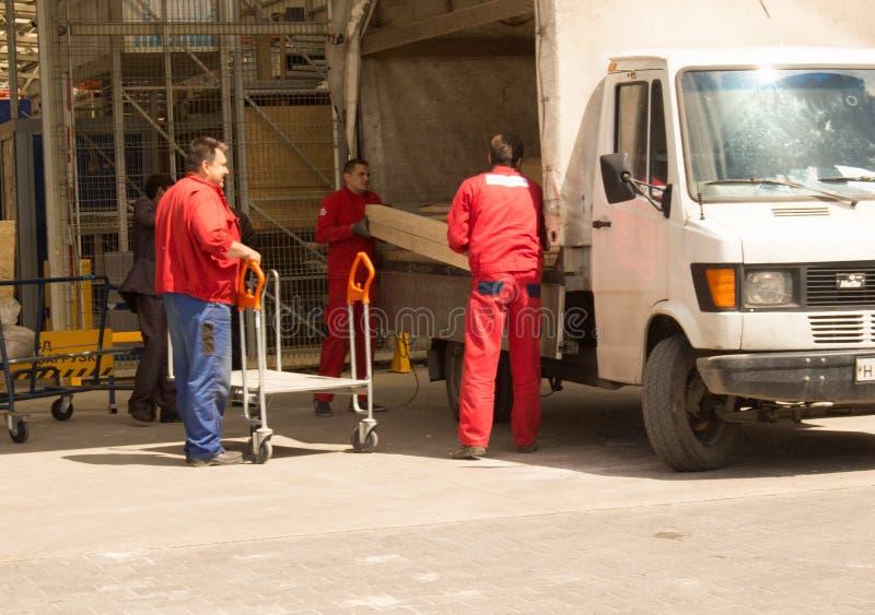 在红色衣服的搬家工人 库存图片