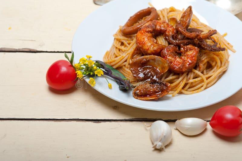 在红色西红柿酱的意大利海鲜意粉面团 库存图片