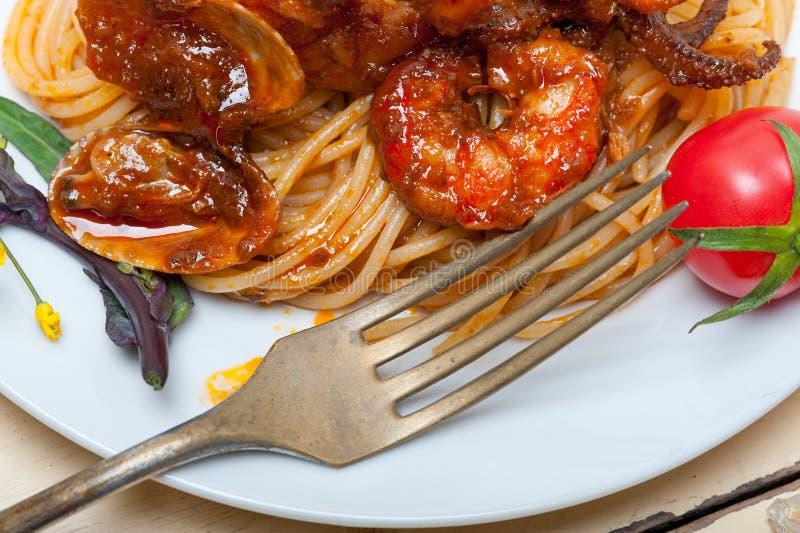 在红色西红柿酱的意大利海鲜意粉面团 免版税库存照片