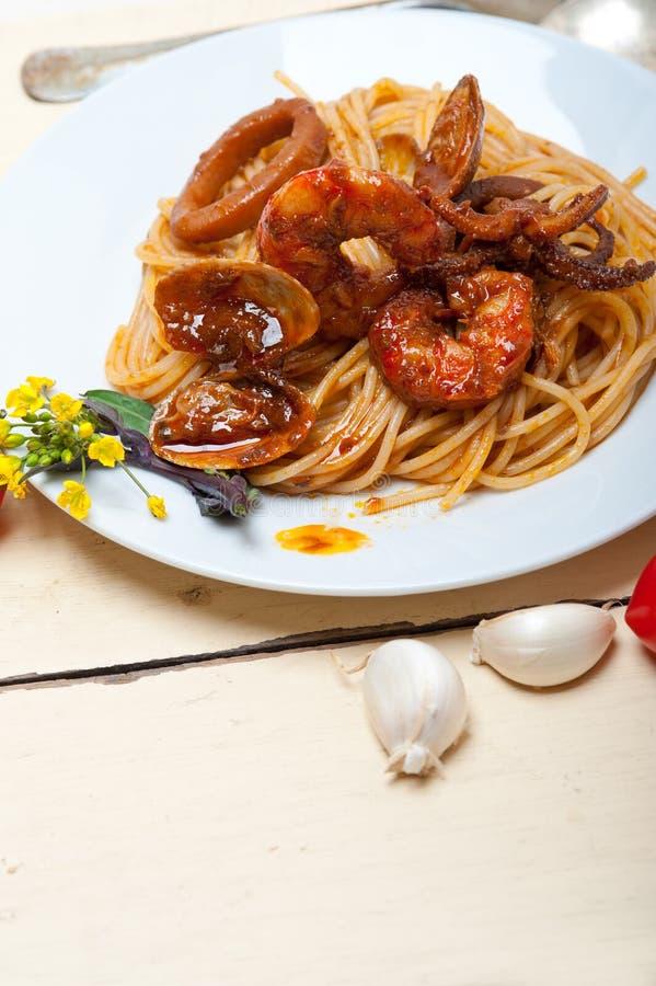 在红色西红柿酱的意大利海鲜意粉面团 免版税库存图片