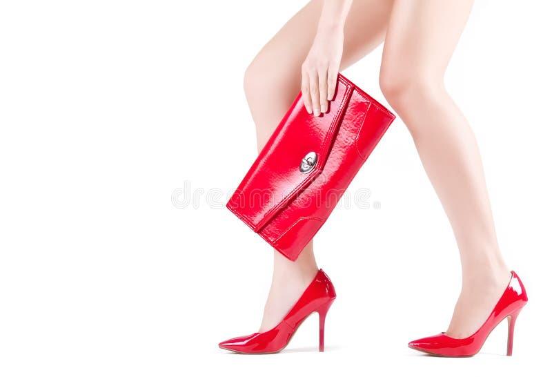在红色鞋子的美好的苗条象女人的英尺 免版税图库摄影