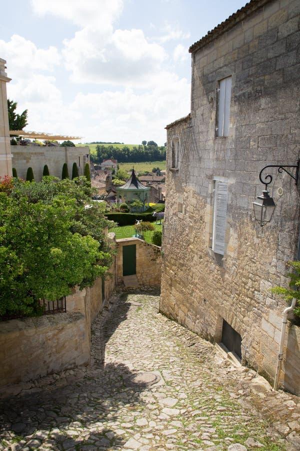 在红葡萄酒法国附近的法国中世纪村庄圣Emilion酒村庄 图库摄影