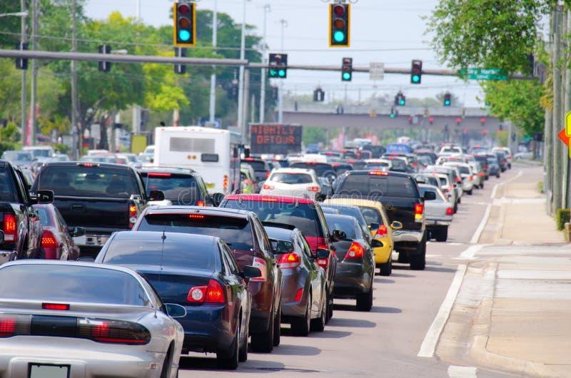 红绿灯用高峰时间交通堵塞 免版税库存图片