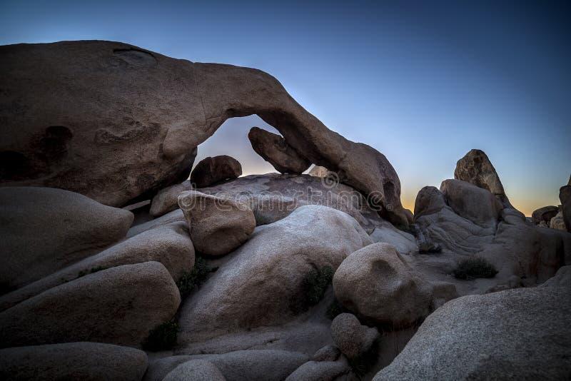 在约书亚树国家公园的曲拱岩石 库存照片