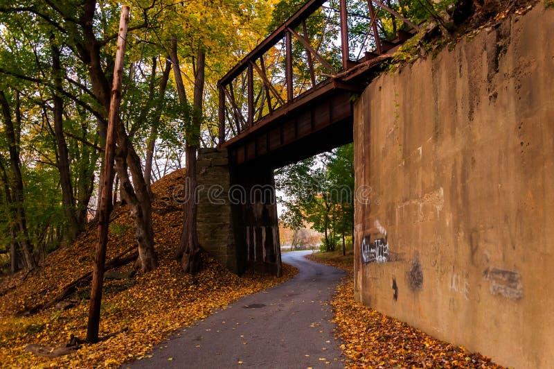 在约克县铺铁路在秋天被看见的桥梁, PA期间 库存照片