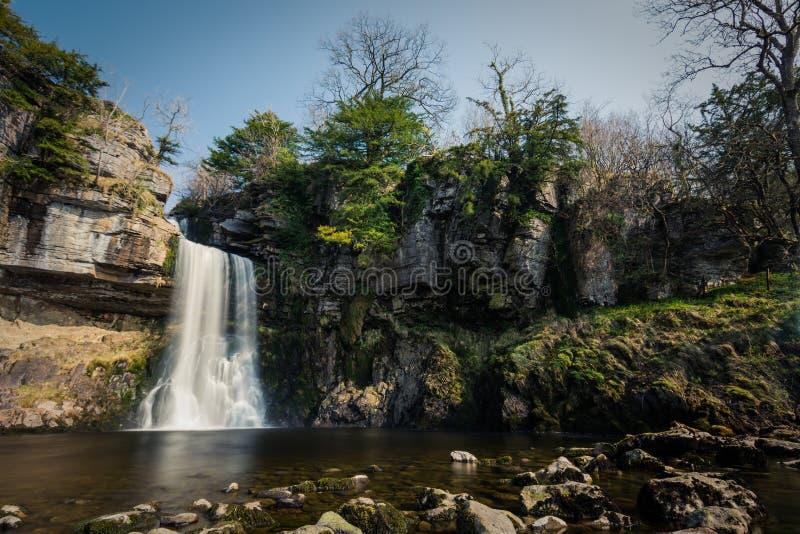在约克夏山谷的巨大的沉重流动的瀑布,英国 免版税图库摄影