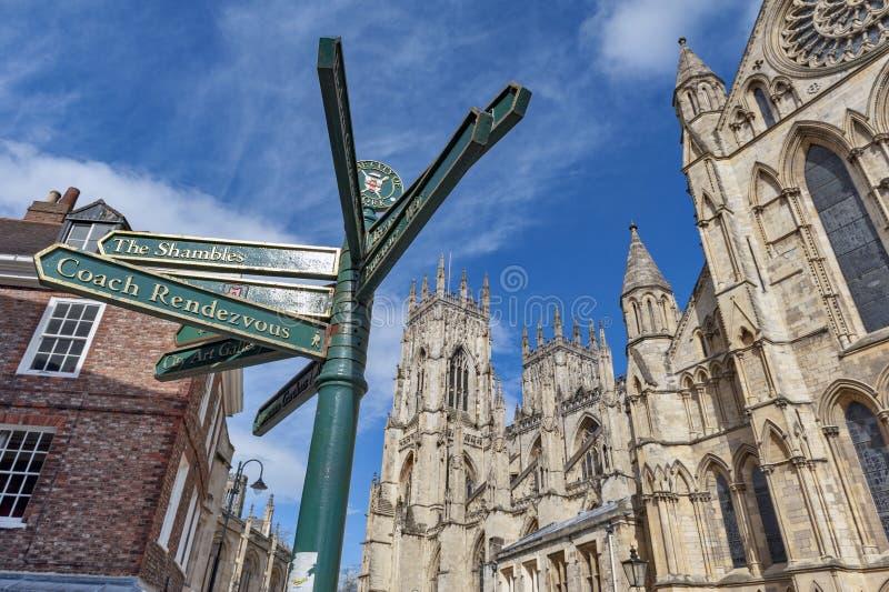 在约克大教堂、哥特式大教堂和市的主要旅游地标前面竖立路标约克在英国,英国 图库摄影