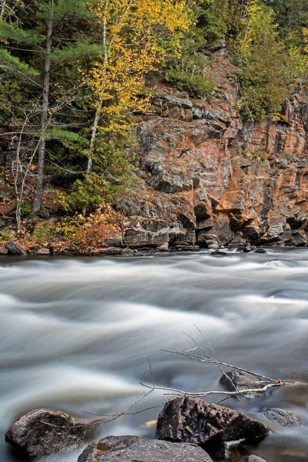 在约克河急流的秋天颜色 库存照片