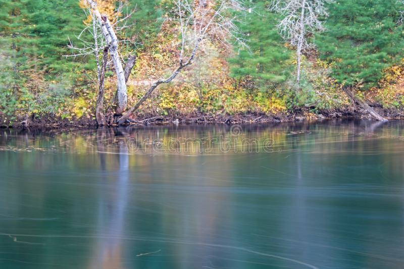 在约克河的秋天场面在伊根滑下省公园 免版税库存图片