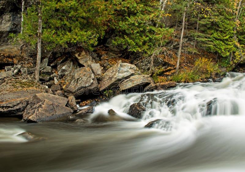 在约克河的长的曝光瀑布 库存照片