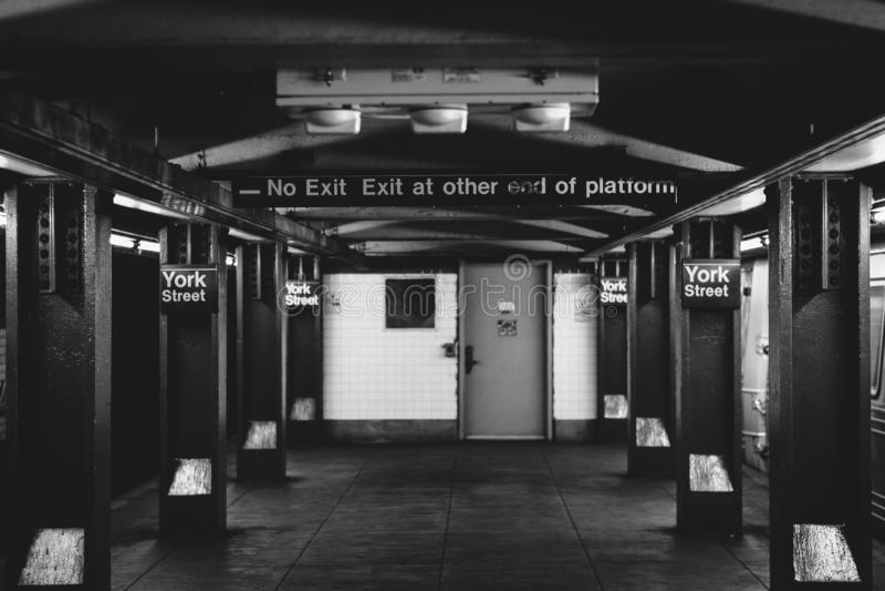 在约克街驻地的地铁平台,在布鲁克林,纽约 免版税库存照片