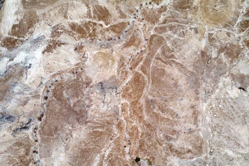 在约旦河的西岸位于的Judean沙漠的鸟瞰图 死海离开的岸  背景  免版税图库摄影