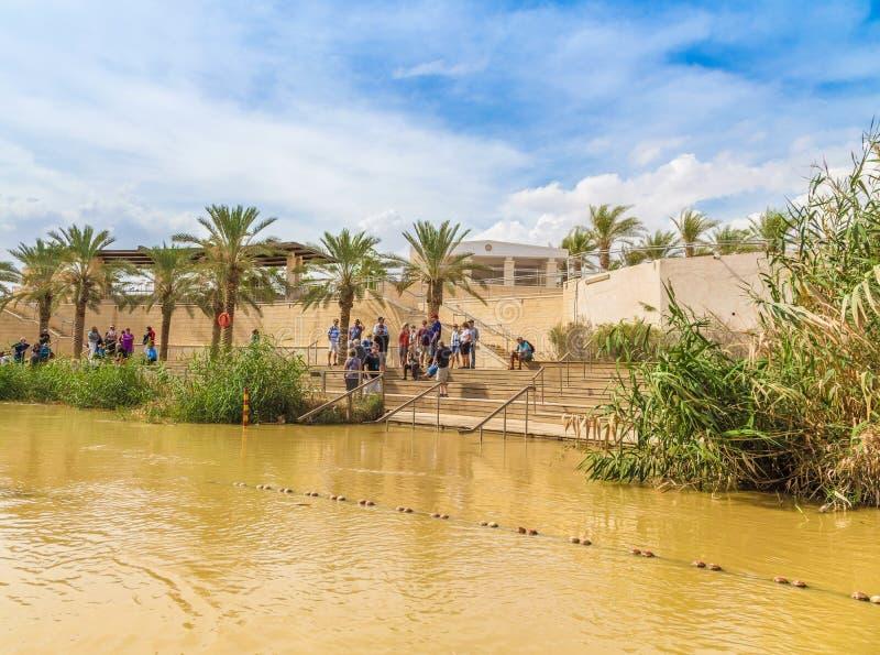 在约旦河附近的游人,耶稣的洗礼站点的  图库摄影