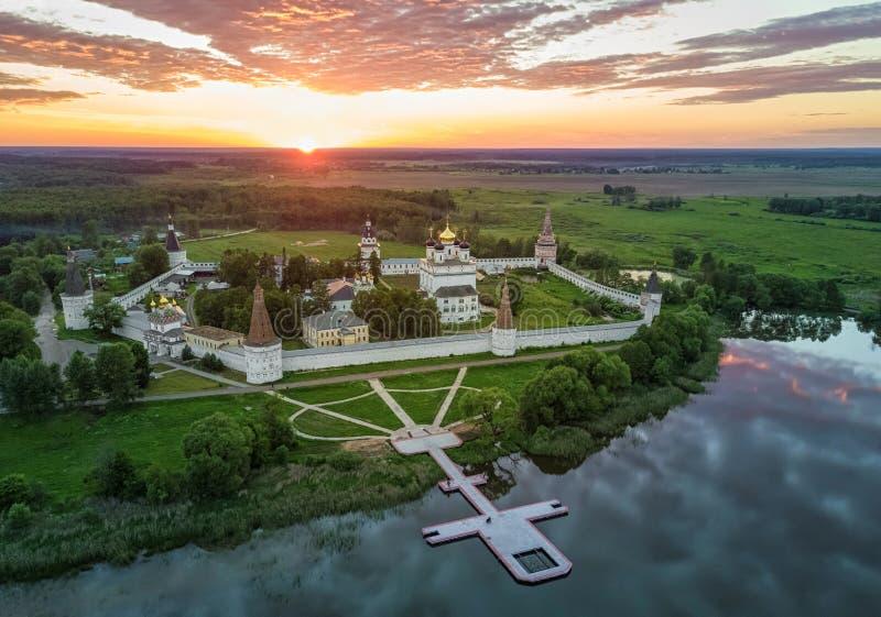 在约瑟夫Volokolamsk修道院的鸟瞰图日落的 免版税库存照片