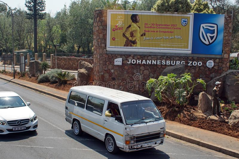 在约翰内斯堡动物园前面的出租汽车 免版税库存照片