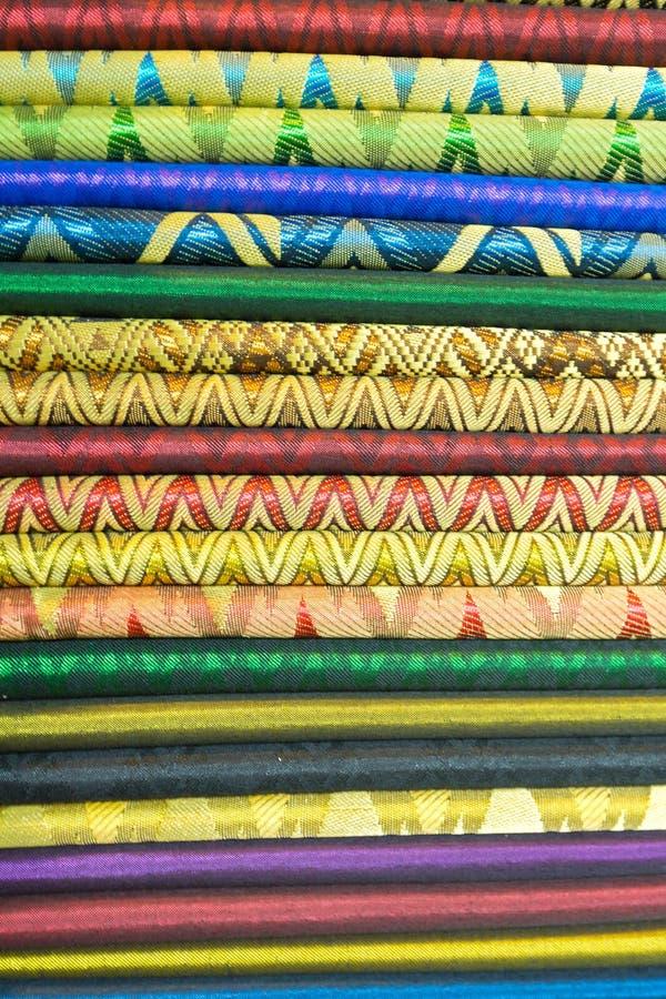 在纪念品店的五颜六色的东方材料在旅游市场上  免版税库存图片
