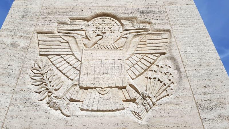 在纪念方尖碑的美国标志对在佛罗伦萨美国公墓和我的二战期间死的美军士兵 免版税图库摄影