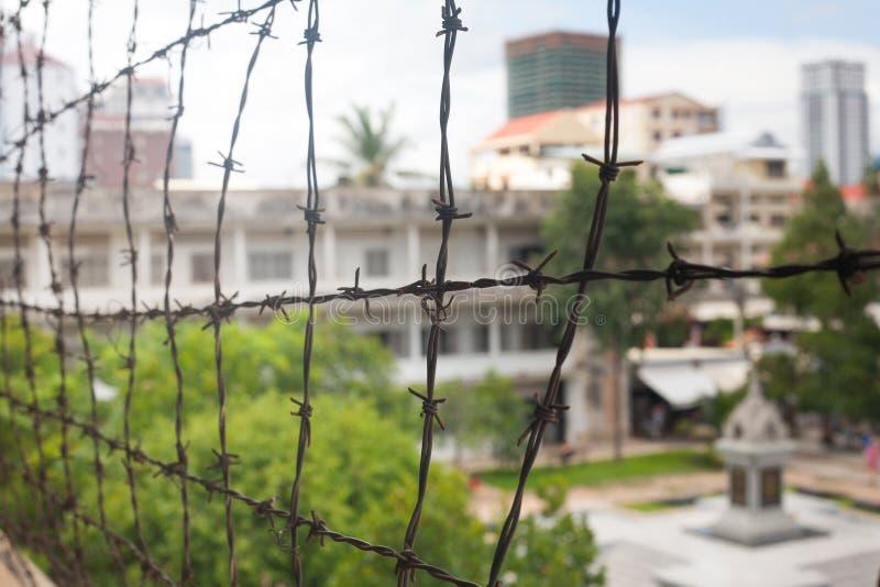在纪念监狱博物馆大厦的铁丝网在柬埔寨关闭 库存照片