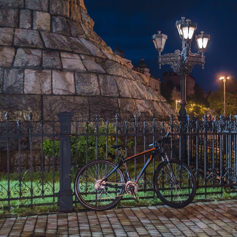 在纪念碑下的自行车 免版税库存图片
