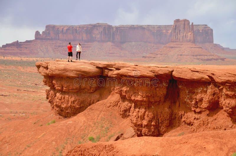 在纪念碑谷在AZ,美国的夫妇 图库摄影
