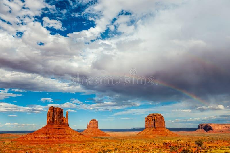 在纪念碑谷的一条彩虹 库存照片