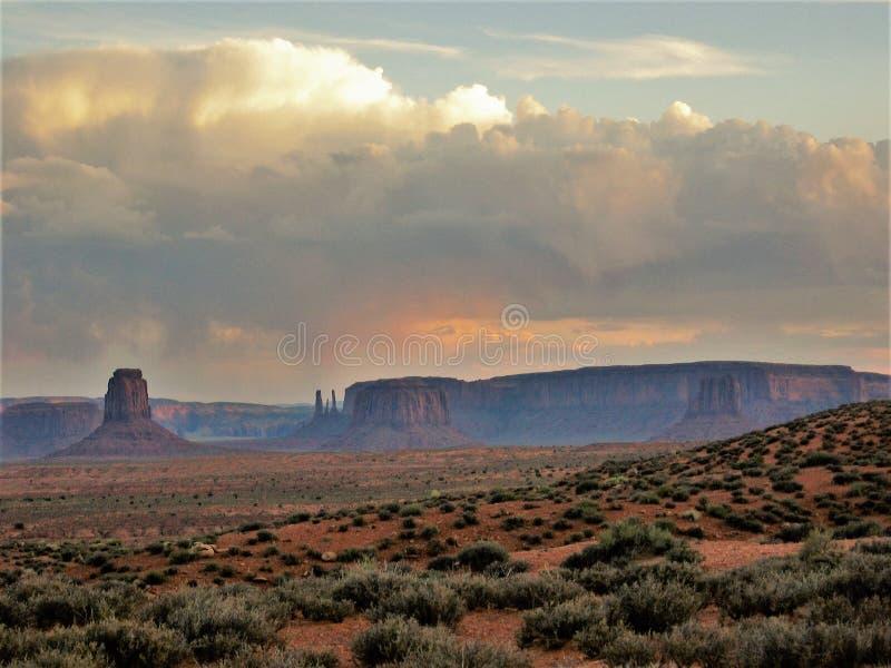 在纪念碑谷的暴风云在日落 免版税图库摄影