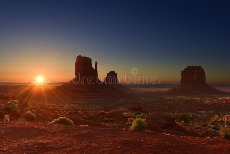 在纪念碑谷部族公园的日出犹他亚利桑那边界的,美国 图库摄影