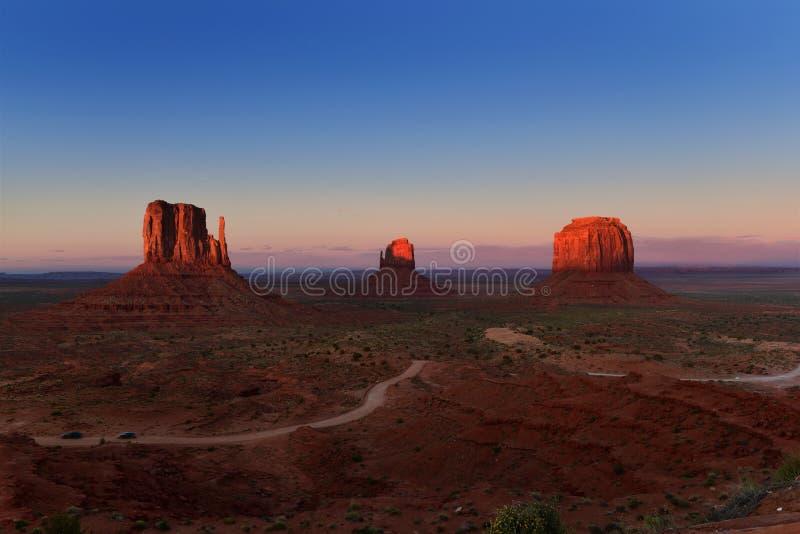 在纪念碑谷部族公园的日落犹他亚利桑那边界的,美国 库存图片