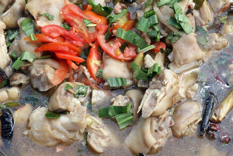 在纯净汤的煮沸的猪肉腿与腌汁菜热在酸isan汤,煮沸的猪肉腿酸口味,猪腿汤姆汤 免版税库存照片